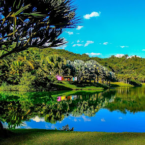 Inhotim,MG. Lindo de viver e sonhar! by Francisco Andrade - Landscapes Waterscapes ( lake, reflexos, azul, nuvens )