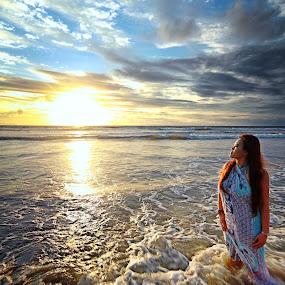 Enjoy Sunset by Widianto Didiet - Landscapes Sunsets & Sunrises ( kuta, bali, girl, sunset, enjoy )