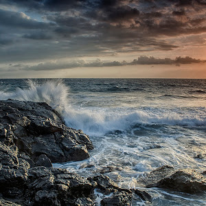 pixoto_wave_hit_the_rocks.jpg