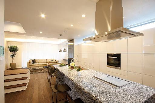 2階:ビルトイン電子オーブン付き、大型カップボードのあるアイランド型オーダーキッチン。食洗機・3口IHコンロ・浄水器完備。ダストBOX収納スペースも造作されており、すっきりしたキッチンを演出。