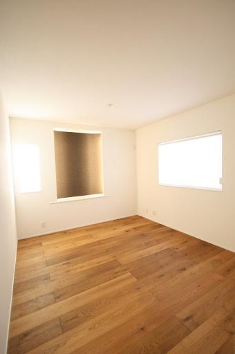 2階:フローリングは天然木無垢突板仕上げ。