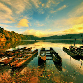 Rest in peace at Tamblingan Lake, Bali by Alit  Apriyana - Transportation Boats