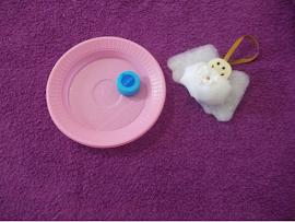 Material: Um prato e tampa de garrafa para molde.