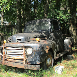 Sitteing Idle by David Jarrard - Artistic Objects Antiques ( trucks, oldcars.antiques, ford )