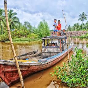 belajar jadi pengemudi by Daenk Andi - Babies & Children Children Candids ( sungai, anak, bermain, warna, belajar, alam, boat )