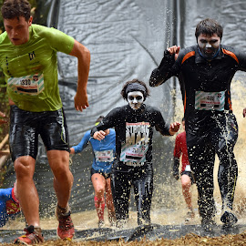 Strong Men by Marco Bertamé - Sports & Fitness Other Sports ( differdange, splash, splatter, 216, green, number, facepainting, running, race, 488, luxembourg, tomo83, 1330, blue, determined, strongmanrun, crowded )