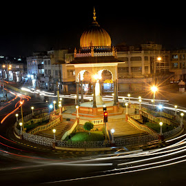Prominent Krishna Raja statue by Rohan Sapare - Buildings & Architecture Statues & Monuments ( lights, krcircle, statue, traffic, awesome, mysore, long exposure, night )