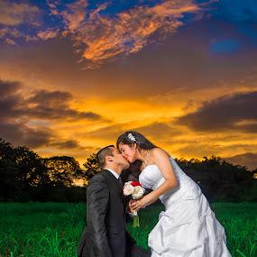 by Julio César Rosales Chávez - Wedding Bride & Groom