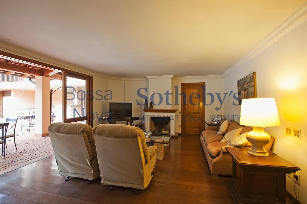 Casa ampla e confortável em excelente rua.