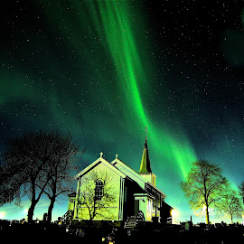 Tiller church in Northern lights by Roald Heirsaunet - Landscapes Starscapes