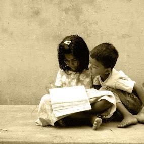 Cute moment by Yogesh Kumar - Babies & Children Children Candids ( candid, kids, cute.moment, drawing )