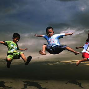 jump ber-3 by 3 Joko - Babies & Children Children Candids ( kids playing in the summer )