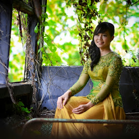 Restisa Indah  by Juang Rahmadillah - People Portraits of Women ( fashion, indonesia, kebaya, women, portrait )