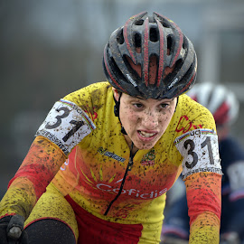 Full Concentrated Lady by Marco Bertamé - Sports & Fitness Cycling ( 2017, concentrated, number, yellow, helmet, race, spain, luxembourg, muddy, red, mud, world championships, woman, 31, determined, lady, lucia gonzales blanco, grmace, bieles )