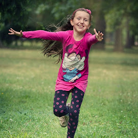 Run to you by Jiri Cetkovsky - Babies & Children Children Candids ( child, girl, happy, pink, run )
