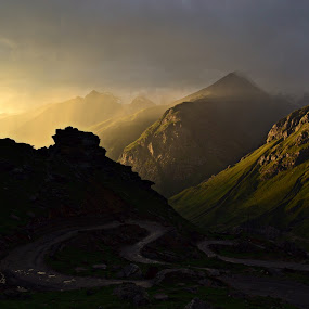 Amazing evening  by Akash Deep - Landscapes Mountains & Hills ( gramphoo, sunset, sunset in himalayas, monsoon sunset in himalayas, sunrays, rohtang pass )