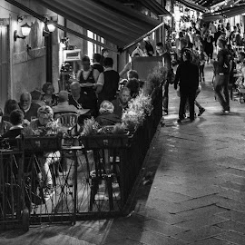 Venecia 09 PM by Jose Maria Vidal Sanz - People Street & Candids ( black and white, venice, nikon d, italy, go out for dinner, street photography )