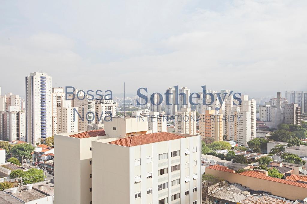 Apartamento impecável e muito charmoso, em andar alto com vista para o bairro.
