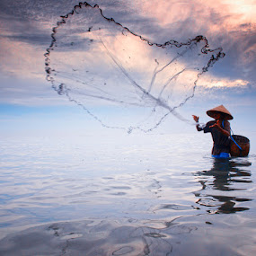 Juru Pencar by Prana Jagannatha - People Fine Art ( fisherman, people )