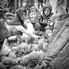 by Bank Jeck - Instagram & Mobile Android ( marekt, black and white, woman, indonesia, traditional )