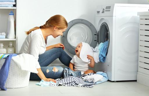 Frau mit Kind, Wäsche waschen