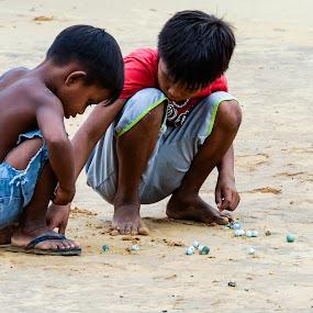Rainforest kids' games by Steve Outing - Babies & Children Children Candids ( playing, village life, brazil, games, village, boys, rio negro, marbles, friendship, kids, rainforest, brasil,  )