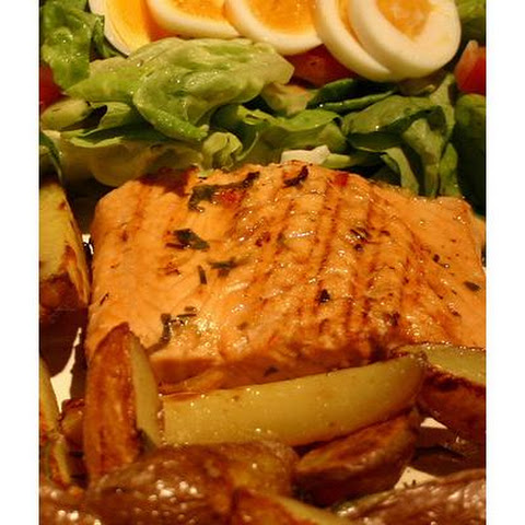 Grilled Salmon Salad With Potatoes and Dill