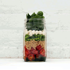 SPINACH SALAD IN A JAR WITH MOZZARELLA, ORZO AND SNAP PEAS
