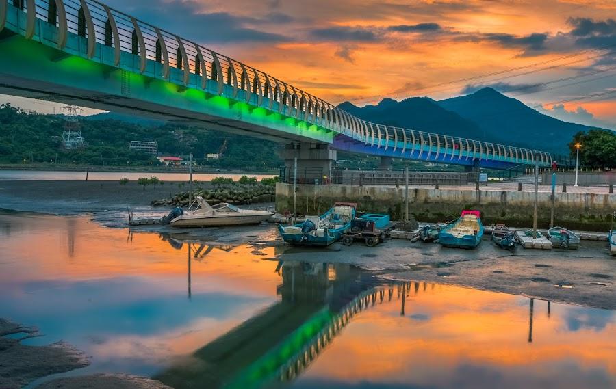 岸上的天橋像綠色巨龍般,不疾不徐,蜿蜒地溜進了彼岸 by Gary Lu - Buildings & Architecture Bridges & Suspended Structures ( gary lu, waterscape )