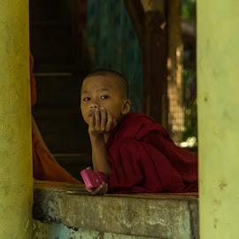 Young monk in Myamnar by Edzo Boven - People Portraits of Men ( smc pentax da 18-135 mm, myanmar, vakanties, 2014, pentax, pentax k-3 )