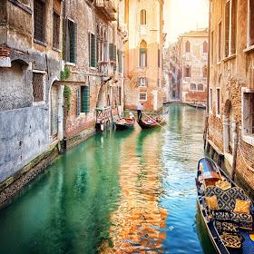 Venecija, kanal i gondola.jpg