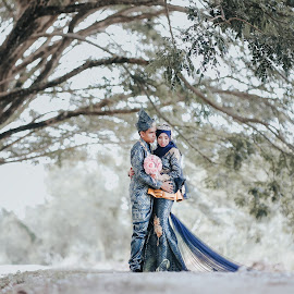 Malaysian couple by Mohd hafizan Ilias - Wedding Bride & Groom ( love, malay wedding, malaysia traditonal wedding, wedding dress, malaysia wedding photographer, traditional, traditional wedding, bride and groom, bride, groom, flower )