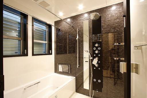 1階:1.25坪サイズの大型ユニットバス。浴室TV・浴室暖房乾燥機・オーバーヘッドシャワー完備。