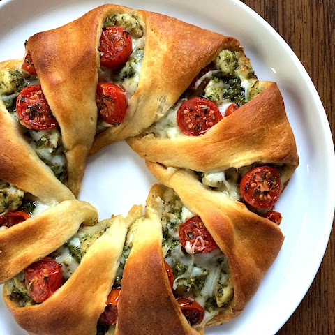 Cheesy Pesto Chicken Crescent Roll Wreath with Roasted Cherry Tomatoes