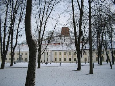 Вид на Замковую гору и башню Гедимина в Вильнюсе