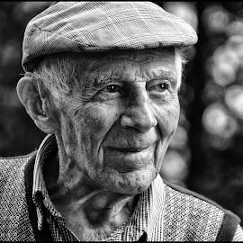 by Etienne Chalmet - Black & White Portraits & People ( black and white, street, people, portrait, man )