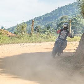 Comendo poeira by Roberto Bessa - Transportation Motorcycles ( interior, estrada de terra, motorcycle, motocicleta, fazendas, sítios )