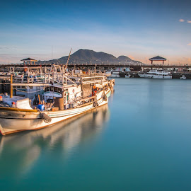 每一顆飄泊不安的心,都需要停泊在一個靜謐的心靈港灣 by Gary Lu - Transportation Boats ( gary lu, boat )