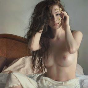 by B Lynn - Nudes & Boudoir Artistic Nude ( bedroom., scene., bed. )