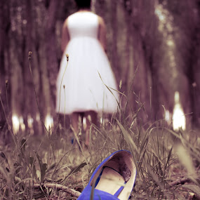 Cinderella - Losing the Shoe by Robbie Caccaviello - People Fine Art