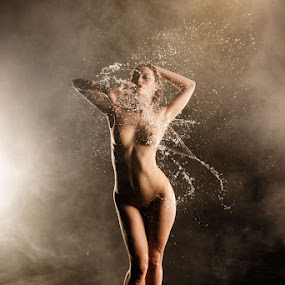 Viktoriya. Making a splash by Tony Wadham - Nudes & Boudoir Artistic Nude