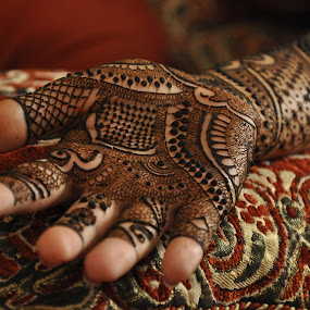 Mehendi - Indian bride by Svetlana Joshi - Wedding Getting Ready