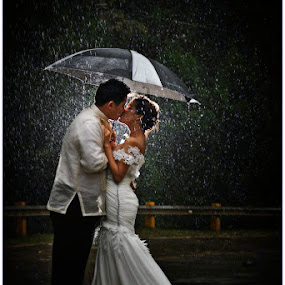 love under the rain by Rolando Pascua - Wedding Bride & Groom