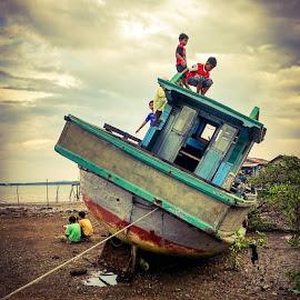 Nunggu Buka puasa ala anak kampung nelayan by Antonius Oey - Instagram & Mobile Android ( vintage, mi4, xiaomi, androidography, oldboat, antoniusoey )