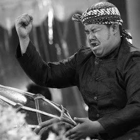 Gendang Man, West Java by Fajar Krisna - People Musicians & Entertainers ( meringis, sunda, kendang )
