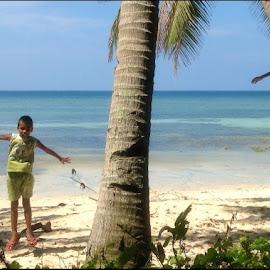 Horizontal Timing! by Dickson   Shia - Babies & Children Children Candids ( sky, horizon, kids, beach, jump )