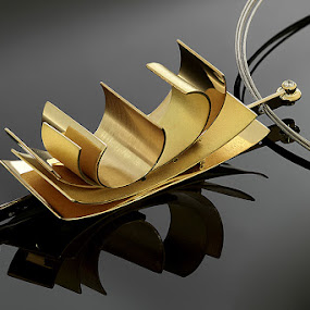 Pendant in gold and diamond by Matteo Chinellato - Artistic Objects Jewelry ( pwcstilllife )