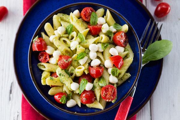 Pasta Salad with Pesto, Mozzarella and Tomatoes Recept | Yummly