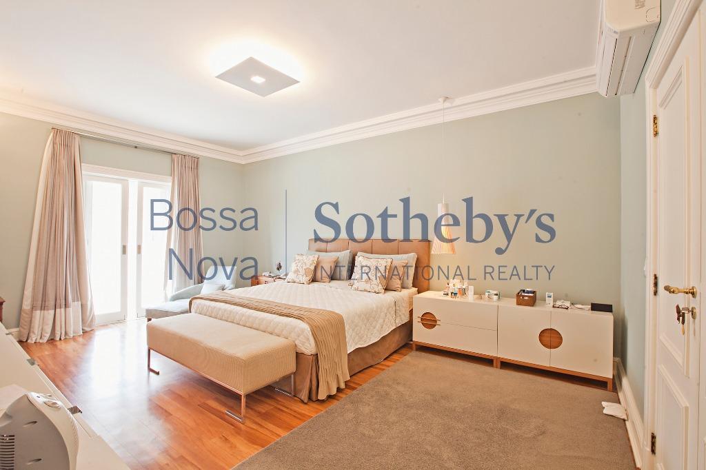 Casa sofisticada e elegante com projeto de renomados arquitetos