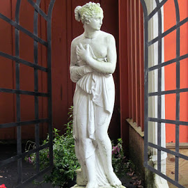 Statue at the Buxton Inn by Christine B. - Buildings & Architecture Statues & Monuments ( buxrton inn, statue, ohio, gardens, haunted )
